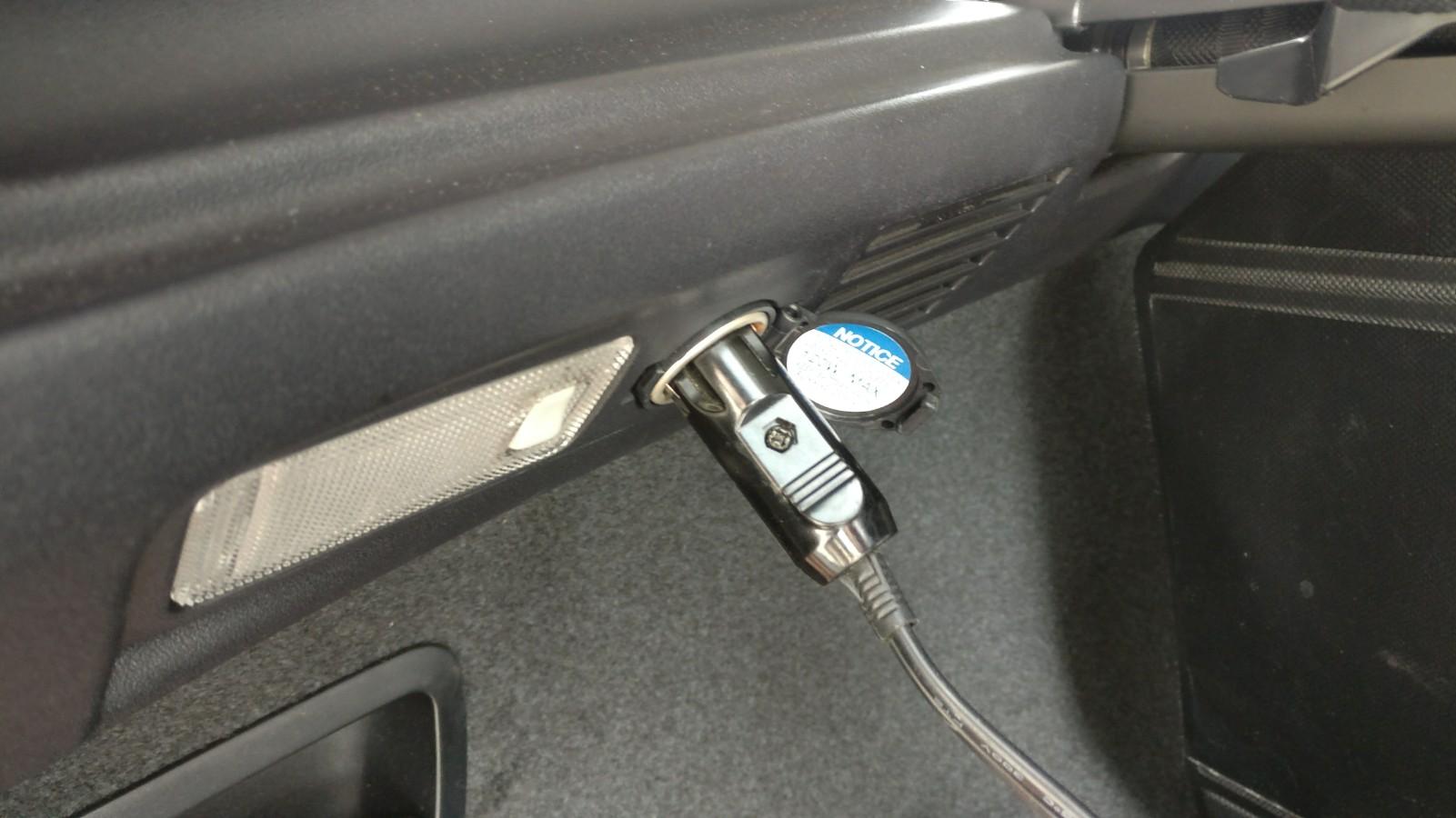 Универсальная розетка питания в багажнике авто