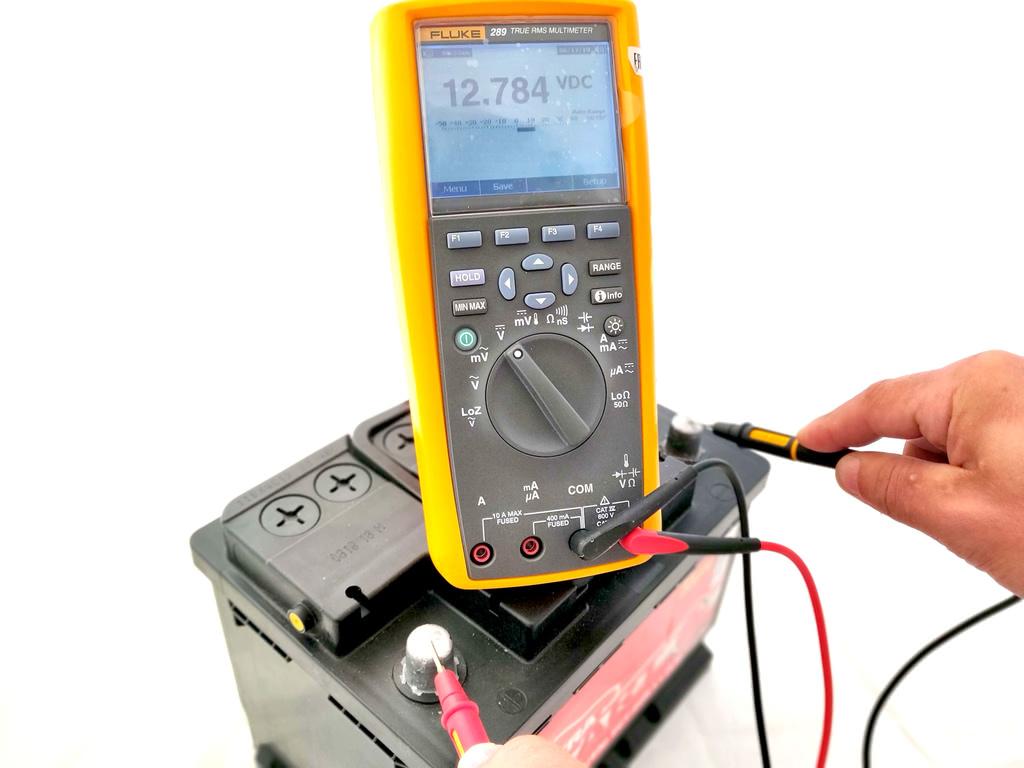 multimetr test akb 1024x768 - Как проверить автомобильный аккумулятор