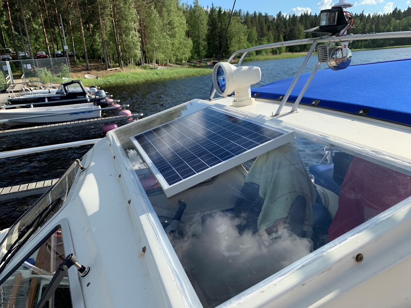 солнечная батарея optimate на лодке 1600x1200 - Зарядка автомобильного аккумулятора с помощью солнечных батарей