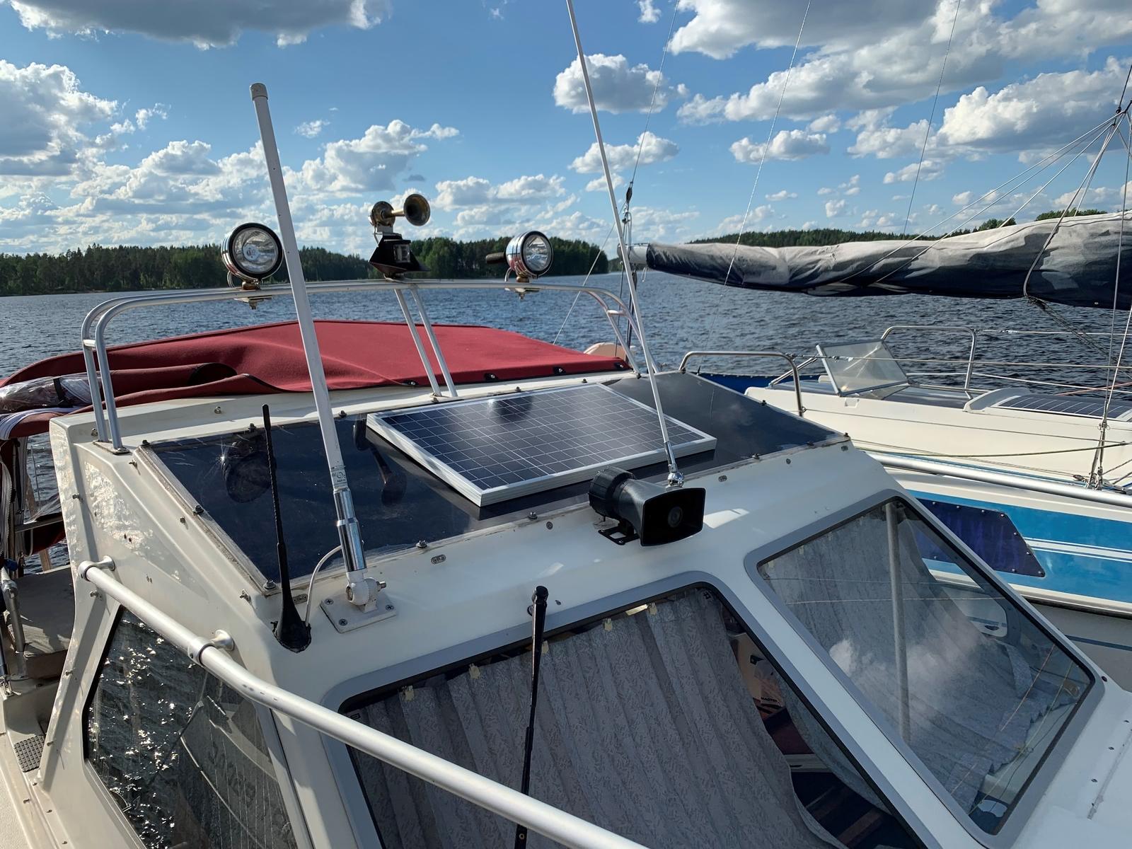 солнечная батарея optimate на лодке2 1600x1200 - Зарядка автомобильного аккумулятора с помощью солнечных батарей